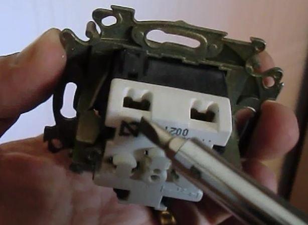 ubicacion de los hilos eléctricos, y se señala el neutro.