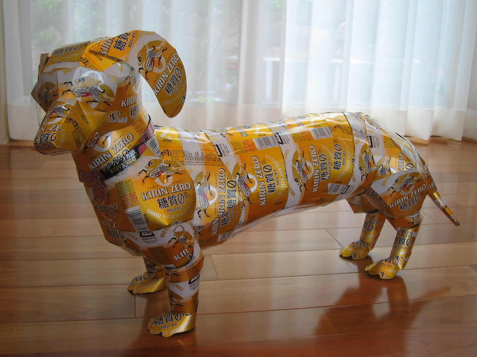 Creación de esculturas con latas de bebidas