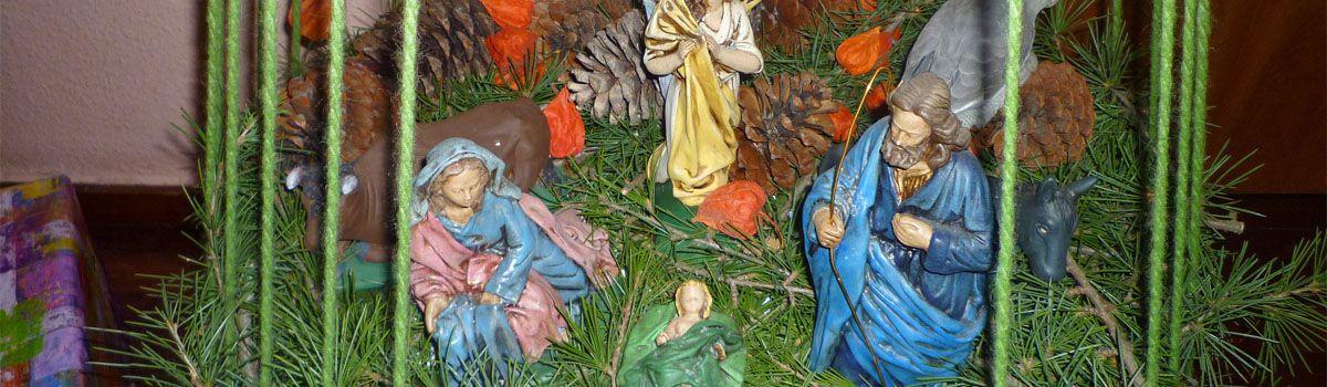 Portal de Belén dentro de un árbol de Navidad reciclado.