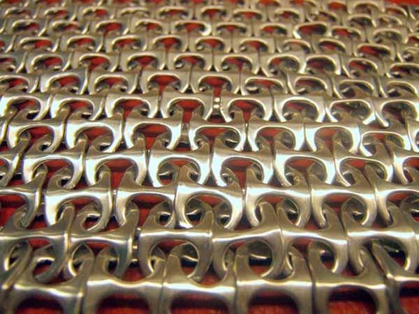 malla hecha con anillas de latas